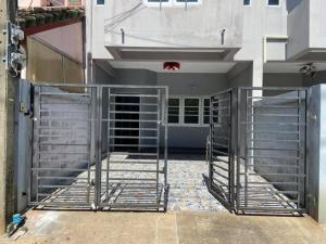 For SaleTownhouseChengwatana, Muangthong : ขายด่วนทาวน์โฮม ใกล้สถานที่ทำงานศูนย์ราชการแจ้งวัฒนะ ทำเลทอง ราคามีแต่ขึ้นไม่มีลงแน่นอนค่ะ เหมาะอยู่อาศัย ทำออฟฟิศ หรือรีโนเวทในสไตล์ที่ชอบ เพื่ออยู่เองหรือขายได้เลยเพราะทำเลดีค่ะ พื้นที่ใช้สอยเยอะ