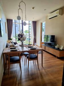For RentCondoSukhumvit, Asoke, Thonglor : 🎯 Park Origin Phromphong !! Spacious room, luxury decoration, fully furnished, in the middle of the city !! Like to negotiate on the job. (T00024)