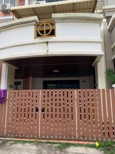ขายทาวน์เฮ้าส์/ทาวน์โฮมพัฒนาการ ศรีนครินทร์ : ขายทาวน์โฮม 3 ชั้น 3 ห้องนอน 4 ห้องน้ำ จอดรถได้ 2 คัน