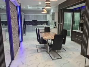 ขายบ้านพัทยา บางแสน ชลบุรี : ขาย Pool villa Majestic residence ใกล้เขาพระตำหนัก ราคาต่อรองได้