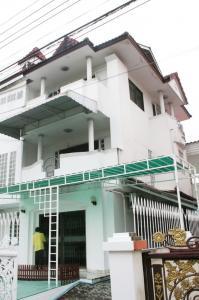 For RentTownhousePattanakan, Srinakarin : House for rent at Kunakorn Villa Village 3 floors, 48 sq.wa. 3 bedrooms empty house On Nut Phatthanakan.