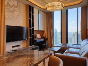 ขายคอนโดวิทยุ ชิดลม หลังสวน : Noble Ploenchit - Fully Furnished 2 Bedrooms / Ready To Move In / High Floor