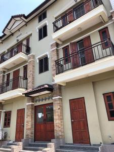 For SaleShophouseSamrong, Samut Prakan : H501-Quick sale, the whole apartment, 12 rooms, 3 floors, Soi Samut Thai Village, Bangna near Mega Bangna, convenient to travel