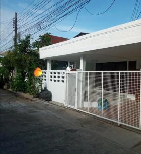 For RentHouseYothinpattana,CDC : ให้เช่า บ้านเดี่ยวชั้นเดียว 50ตรว. มี3ห้องนอน  2ห้องน้ำ ลาดพร้าว87 ทะลุออกเลียบด่วนรามอินทราได้  ใกล้เซ็นทรัลอีสต์วิลล์ ให้เช่า18,000/เดือน
