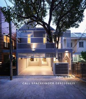 เช่าบ้านสุขุมวิท อโศก ทองหล่อ : Pet friendly Modern Loft Style House in Sukhumvit 49 For RentThe Tree Haus2 StoreyTotal area : 28 sq.wa Usable area : 245 sq.m.3 Bedrooms 3 Bathrooms2+1 Parking slotsFully furnished with electric appliances. Rental price : 100,000 Baht/monthDeposit : 2 mo