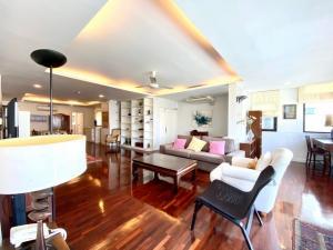 ขายบ้านสุขุมวิท อโศก ทองหล่อ : ขาย และให้เช่า  For Rent and For Sale BEST DEAL/ BELOW MARKET PRICE 210sqm, 3+1beds. ราคาขาย B18,500,000 ( 88,000/ตรม.) เช่า 65,000