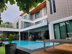 ขายบ้านพัทยา บางแสน ชลบุรี : ขายบ้านเดี่ยว 3 ชั้น (พร้อมสระว่ายน้ำส่วนตัว) เนื้อที่ 137ตารางวา พื้นที่ใช้สอย 400ตารางเมตร เขาตาโล ตำบลนาเกลือ พัทยา ราคาขาย 28 ล้านบาท