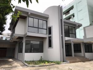 For RentOfficeRatchadapisek, Huaikwang, Suttisan : ให้เช่าบ้านเดี่ยว สำนักงาน 2 ชั้น หลังใหญ่ 200 ตารางวา ซอยวิภาวดีรังสิต ใกล้ทางด่วนดินแดง  ใกล้ ม.หอการค้าไทย แอร์ 9 เครื่อง จอดรถ 10 คัน เหมาะเป็น Studio สำนักงาน จดบริษัทได้