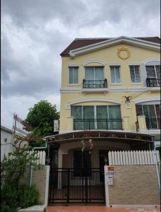 เช่าทาวน์เฮ้าส์/ทาวน์โฮมพัฒนาการ ศรีนครินทร์ : ให้เช่าทาวน์โฮม3 ชั้น บ้านกลางเมือง ศรีนครินทร์ 24  4 นอน 3 น้ำ  บ้านสวย 🔥