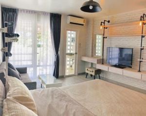 เช่าคอนโดพระราม 9 เพชรบุรีตัดใหม่ : 🥳คอนโด I House Laguna Rca เฟอร์นิเจอร์ตามภาพ พร้อมอยู่ (ถ่ายจากสถานที่จริง) ชั้น1 มีสวนหลังบ้านเลี้ยงสัตว์ได้🐶🐱🐰🐹🐭