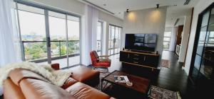 เช่าคอนโดอ่อนนุช อุดมสุข : *Movie theater nice family apartment 250sqm 3bed 3bath in Ekkamai area*
