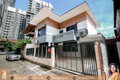 For RentHouseSukhumvit, Asoke, Thonglor : JY-HR017-Rent Single House Ekkamai 12 2storey 45sq.wa 165sq.m. 3bed 2bath. Pets friendly, 2 Parking, Loft Style and Refurbished whole house