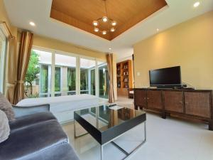 For RentHousePattaya, Bangsaen, Chonburi : E122 House for rent, Casalunar, Phase 1, Bangsaen, 72 sq m., 2 floors, 3 bedrooms, seaside village, has a private beach.