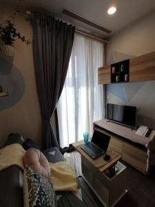 For RentCondoSukhumvit, Asoke, Thonglor : 🔥Urgent 📌OKA HAUS Sukhumvit 36 📌 Fully furnished, same floor as the swimming pool. ready to move in Like to negotiate in front of the job!!! (T00074)
