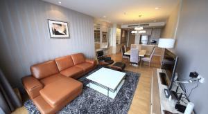 For RentCondoNana, North Nana,Sukhumvit13, Soi Nana : for rent Hyde sukhumvit13  type 3 bed 3 bath  size 126 sq.m fully furnished  floor 30  best price  100k  contact porto 062-2189555 Line : i-portofc