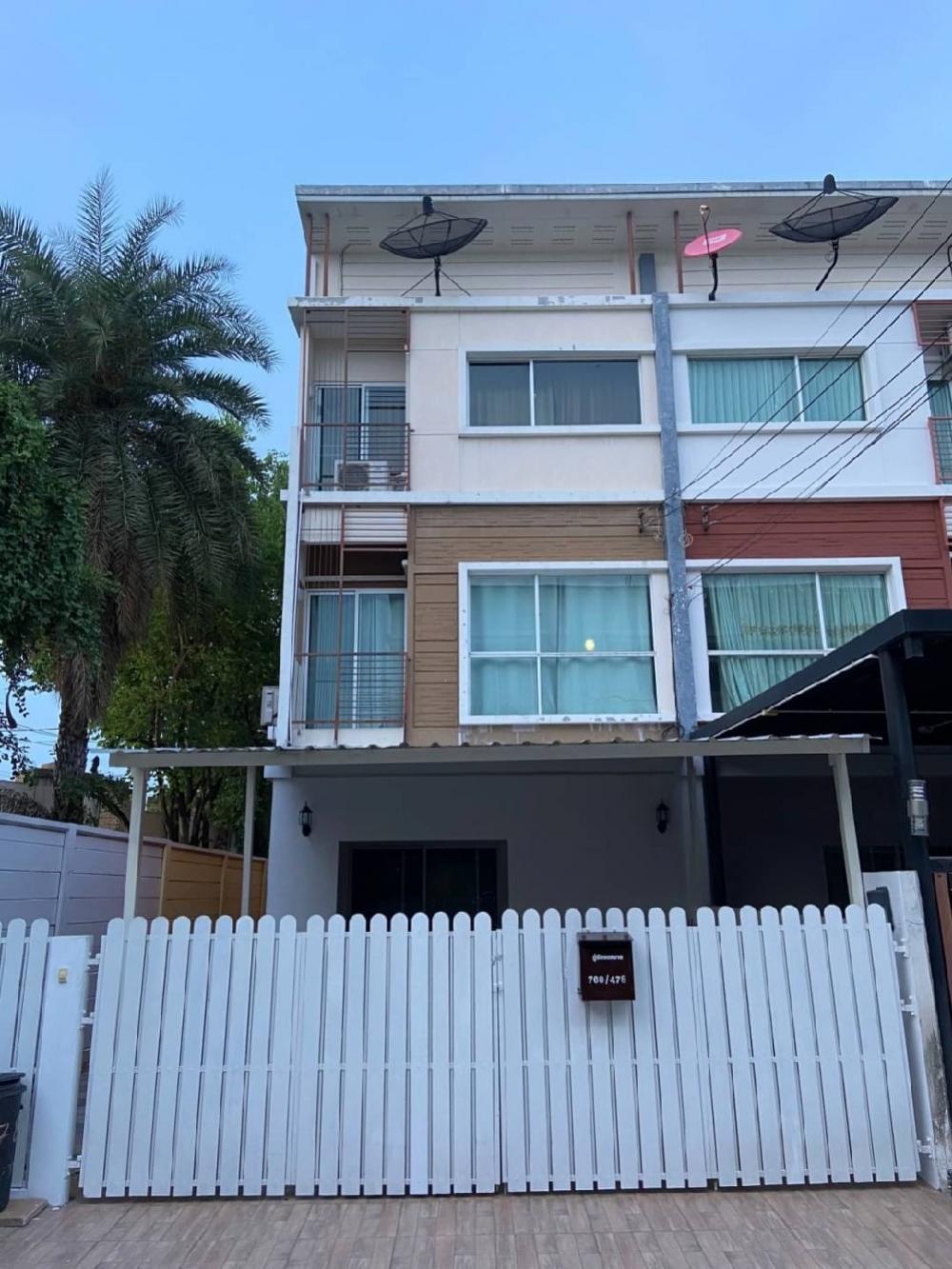 For RentTownhousePattanakan, Srinakarin : Town home rent 27,000b moth  village city - 3 bed 3bath 2 livngroomswimming pool gym gardenCall 0938563451 k.noey