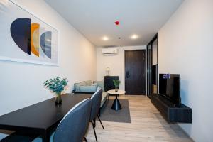 For RentCondoRatchadapisek, Huaikwang, Suttisan : ⭐️XT Huai Khwang⭐️ MRT Huai Khwang 80m | #11108 | 34.97sqm | 1BR/1BT | Floor 11A | Type 1Dd | Address 298/219 | 1 year lease