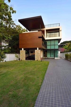 For RentHouseRatchadapisek, Huaikwang, Suttisan : 3-storey house for rent, modern style, Ratchada 18, near MRT suthisan , 4 bedrooms, 4 bathrooms.