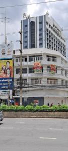 For RentShophouseKhlongtoei, Kluaynamthai : 4 storey commercial building for rent, corner building, Soi Ngam Du Phli, Rama 4 Road