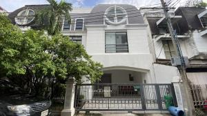 For SaleTownhouseSukhumvit, Asoke, Thonglor : Townhouse for sale in Ekkamai. Size 35 sq.wa 6 brs. 6 bths