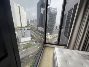 For RentCondoRama9, RCA, Petchaburi : Large one bedroom facing Central Rama 9 view