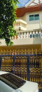 For RentTownhouseOnnut, Udomsuk : Siripoj Niwet Village, Soi Sukhumvit 81, 3-storey townhouse ** Pets accepted **