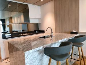 For RentCondoOnnut, Udomsuk : Rent Sky Walk Condominium  BTS Phrakanong very nice 2 bedrooms 82.15 sqm on 32 floor excellent view