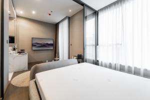 For RentCondoRama9, RCA, Petchaburi : Condo for Rent THE ESSE at SINGHA COMPLEX studio type 36 sqm on 9th floor river view