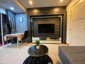 For SaleCondoRatchadapisek, Huaikwang, Suttisan : Urgent sale!!! Super cheap, 1 bedroom, 42 sq m. **Luxury decoration. Built-in** Condo Supalai Wellington 2