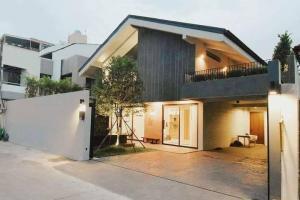 เช่าบ้านสุขุมวิท อโศก ทองหล่อ : ขายและให้เช่าบ้านสไตล์โมเดิร์น พร้อมสระว่ายน้ำ โซนพระโขนง-เอกมัย Modern house with private pool for rent and sale Ekamai-Prakanong