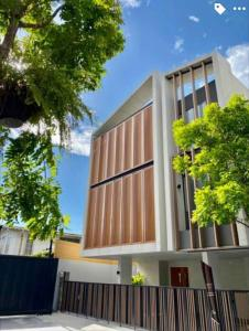 For SaleHouseSukhumvit, Asoke, Thonglor : LBH0255 3 storey detached house for sale with elevator, Soi Ekamai 12, only 800 meters from Sukhumvit 65.