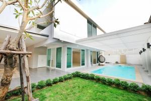For SaleHouseSukhumvit, Asoke, Thonglor : LBH0256 2 storey detached house for sale with swimming pool in Soi Pridi 42, Soi Sukhumvit 71 near Ekkamai and Thonglor.