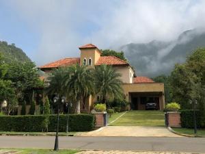 ขายบ้านโคราช เขาใหญ่ ปากช่อง : ขายบ้านพักตากอากาศ สไตล์อิตาลี เนื้อที่ 374 ตารางวา พื้นที่ใช้สอย 422 ตร.ม 4 ห้องนอน 5 ห้องน้ำ  บนเขาใหญ่ อำเภอปากช่อง ราคาขาย 29.5 ล้านบาท
