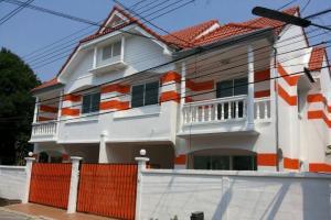 For RentHouseYothinpattana,CDC : (H271)Twin house for rent on Ramintra Km.12 road near Fashion Island Mall. Suvarnabhumi Airport, next to Makro