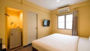 For RentCondoRatchadapisek, Huaikwang, Suttisan : Room for rent at The Corner Ratchada Near MRT Sutthisan, 18 sq.m., price 3800 baht/month