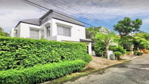 For RentHouseSamrong, Samut Prakan : 2-STOREY POOL VILLA at NOBLE PARK BANGPLEE SAMUTPRAKARN for rent, 3Br/3Ba, Come with Maid Quarters and Ready to move in.