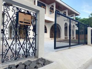 For RentHouseSamrong, Samut Prakan : House for rent, 2 floors, 100 sq m., Thiphawan Thepharak Village, 3 bedrooms, 3 bathrooms, 3-4 parking spaces (next to BTS Thiphawan station, Pak Soi Ban)