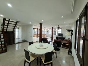 For RentHouseRatchadapisek, Huaikwang, Suttisan : House for rent near MRT Rama 9 on Rachada Soi 3,  usable area 364 sq. m. Land 97 sq. w  4 bedrooms, 5 bathrooms,  Rent  48,000 baht, contact 0892033550 Khun Pop