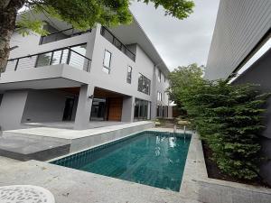 เช่าบ้านสุขุมวิท อโศก ทองหล่อ : ให้เช่าบ้านเดี่ยว 3ชั้นระดับ Super Luxury เนื้อที่ 105 ตร.ว พื้นที่ใช้สอย 700 ตร.ม พร้อมสระว่ายน้ำในตัว เฟอร์ครบ ถนน สุขุมวิท71 ราคาเช่า 220,000 บ/ด