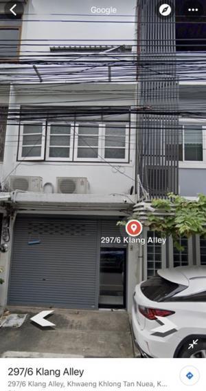 For RentShophouseSukhumvit, Asoke, Thonglor : Shophouse 3 floors for rent as commercial or residential.   Sukhumvit 49, closed to Samittivij Sukhumvit Hospital 950 m.  Approx. 130 Sqm. 2+1 bedrooms,  2 Restrooms/showers 1 car park   Contact K. Suwan 081-656-2125