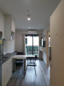 For RentCondoPattanakan, Srinakarin : For rent Condo Rich Park @ Triple Station, 1 BR 1 BR, 28.5 sq.m., 3rd floor, 5 min walk to airport link Huamak, Unit in shade and cool whole day
