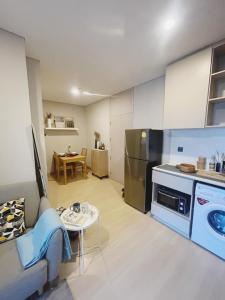 เช่าคอนโดพระราม 9 เพชรบุรีตัดใหม่ RCA : Condo for RENT Lumpini Suite Petchburi-Makkasan  ขนาด 34.95 ตรม.  ชั้น 7 ไม่มีตึกบัง  วิวถนนเพชรบุรี  ทิศใต้ - 2 ห้องนอน 1ห้องน้ำ ค่าเช่า 17,000 บาท/เดือน